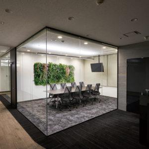 イミテーショングリーン会議室 - ミーティングルームの壁の施工例_after